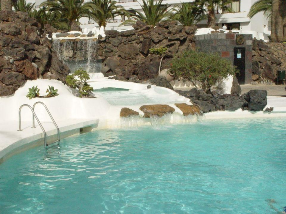 poolanlage mit wasserfall zum grossen pool hotel h10 suites lanzarote gardens costa teguise. Black Bedroom Furniture Sets. Home Design Ideas