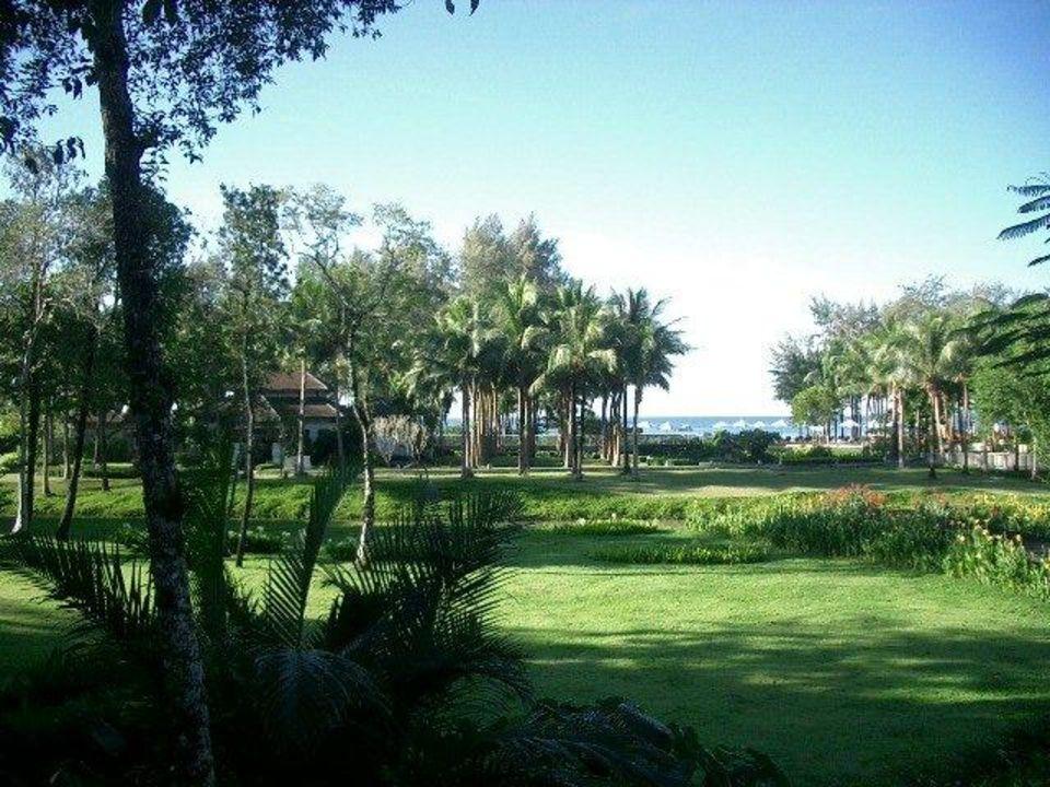 Blick vom Frühstücksraum in den Garten Dusit Thani Krabi Beach Resort
