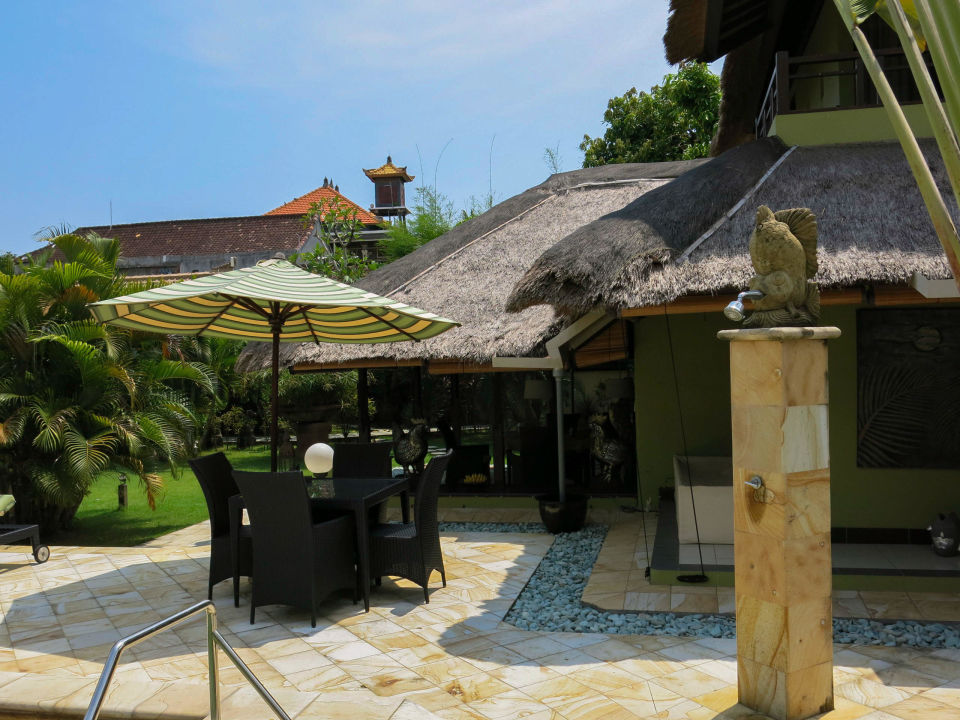 Außendusche am Pool Villa Nyumpene