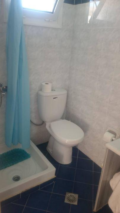 grüne Barock Muster im kleinen weißen Bad