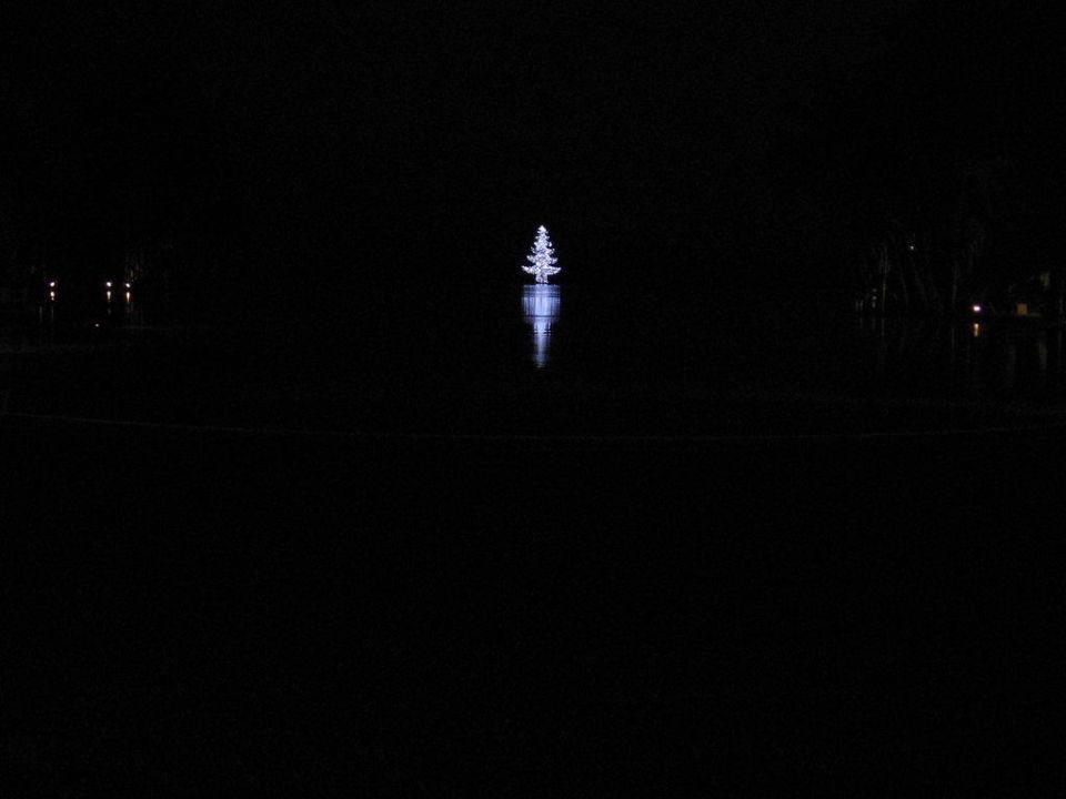 Weihnachtsbaum am Kopf des riesigen Pool´s Lopesan Costa Meloneras Resort, Spa & Casino