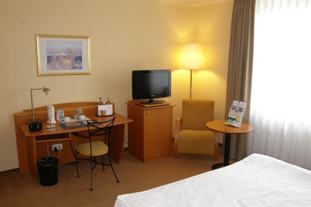 schreibtisch mit tv ecke best western macrander hotel dresden dresden holidaycheck. Black Bedroom Furniture Sets. Home Design Ideas