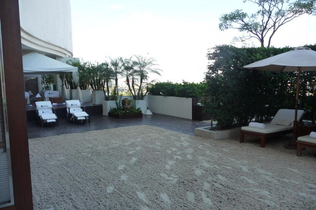 Sand in der Poolanlage Millennium Hilton Bangkok