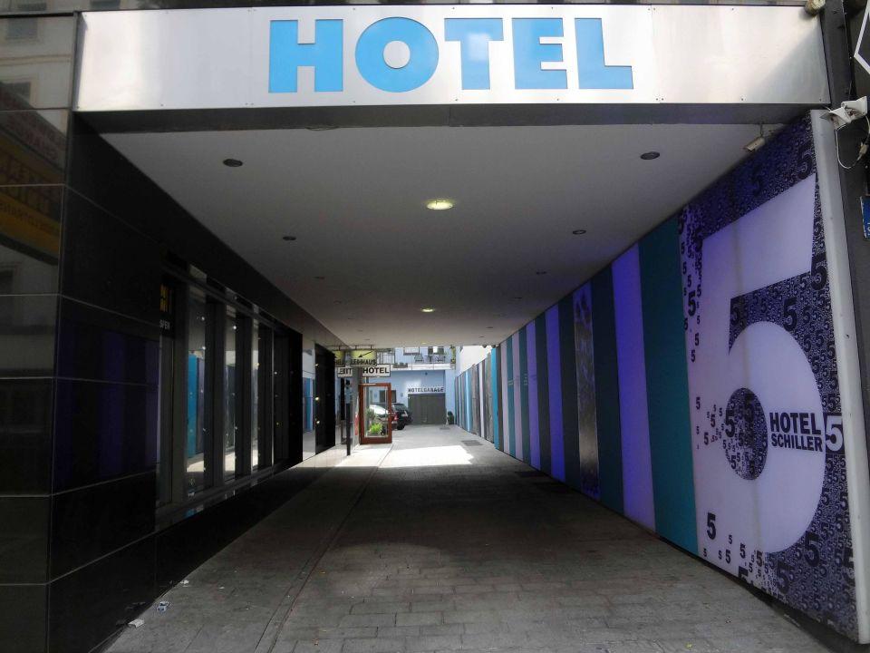 Durchgang zum Hotel\