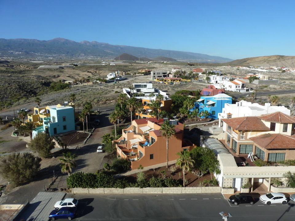 Nach Norden: Parkplatz und Urbanisation Kn Arenas del Mar Hotel