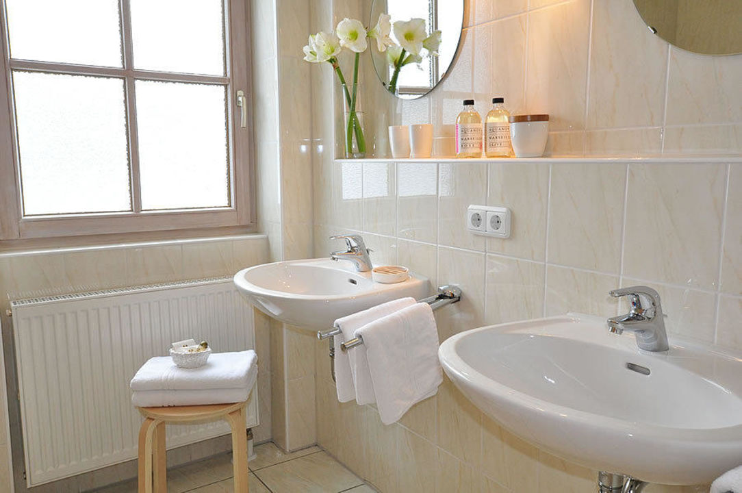 Badezimmer mit Fenster\