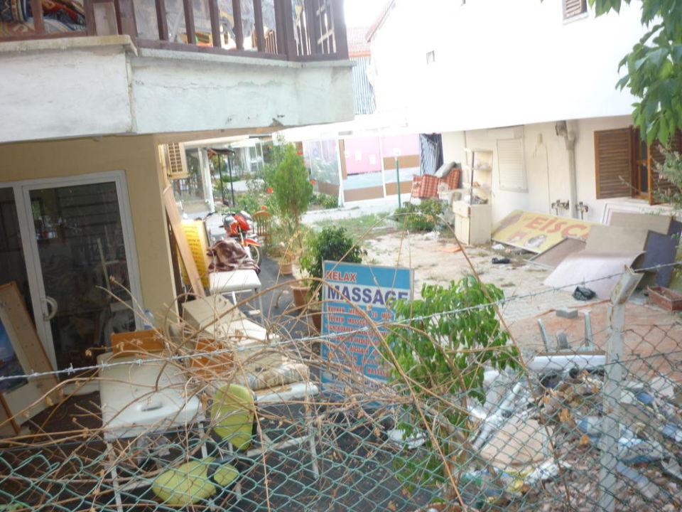 Müllhalde neben den Balkon SENTIDO Turan Prince