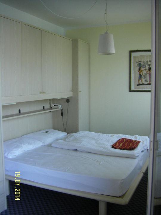 Zimmer Mit Bett Und Schrankuberbau Hotel Da Tino Malcesine
