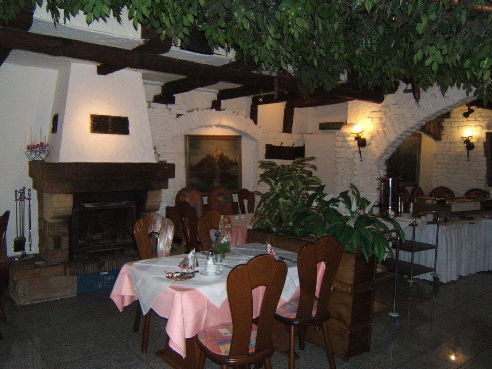Frühstücksraum gleich Raucherraum mit Kamin Hotel Ostentor