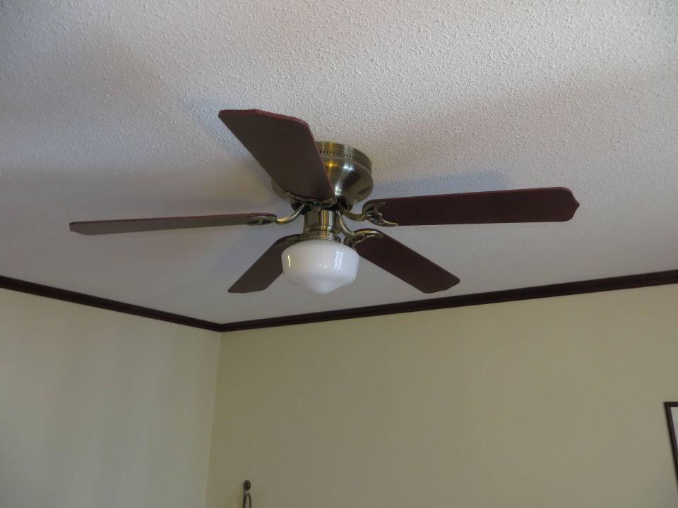 deckenlampe mit ventilator im zimmer steigenberger hotel. Black Bedroom Furniture Sets. Home Design Ideas