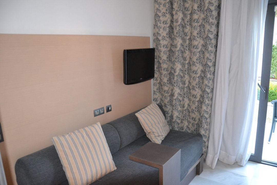 bild kleine sitzecke mit zweitem fernseher zu hipotels. Black Bedroom Furniture Sets. Home Design Ideas