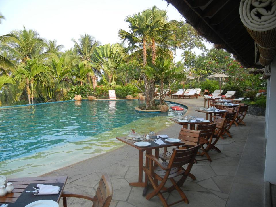 Frühstück am Pool Hotel Vivanta by Taj Kovalam