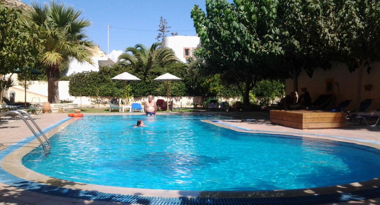 wohlf hloase pool mit liegen hotel calypso matala holidaycheck kreta griechenland. Black Bedroom Furniture Sets. Home Design Ideas