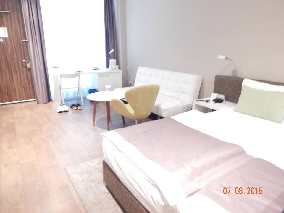 Bett sofa und schreibtisch hotel adresa in belgrad for Schreibtisch 1 50 m