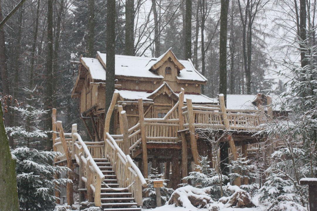 baumhaus im schnee natur resort tripsdrill baumh user cleebronn holidaycheck baden. Black Bedroom Furniture Sets. Home Design Ideas