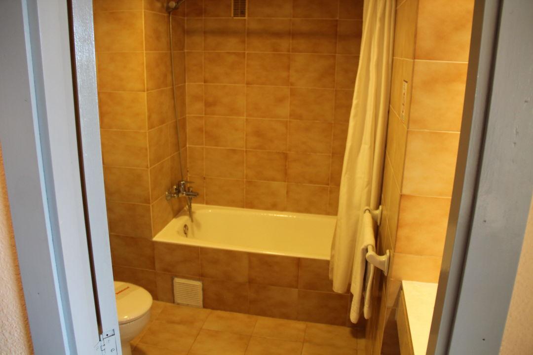 bad mit badewanne im 70 jahre stil aparthotel alcudia. Black Bedroom Furniture Sets. Home Design Ideas