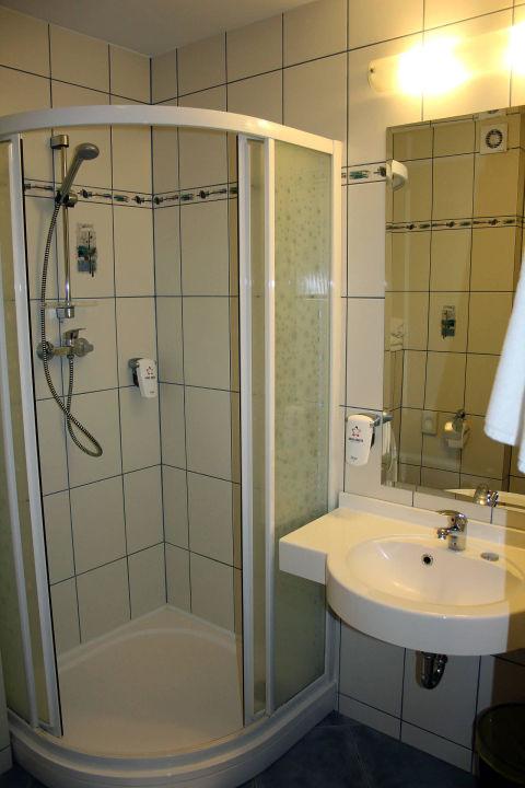 Bild badezimmer mit dusche zu hotel anders in stare jablonki for Badezimmer mit dusche