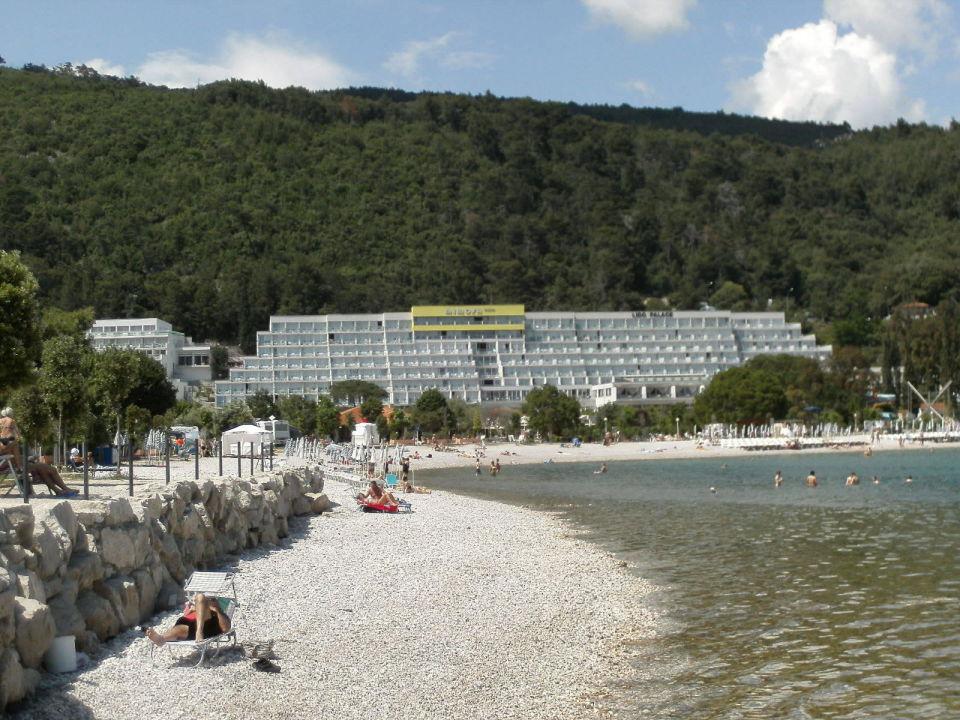 Blick vom Strand auf die Hotelanlage Maslinica Hotels & Resorts