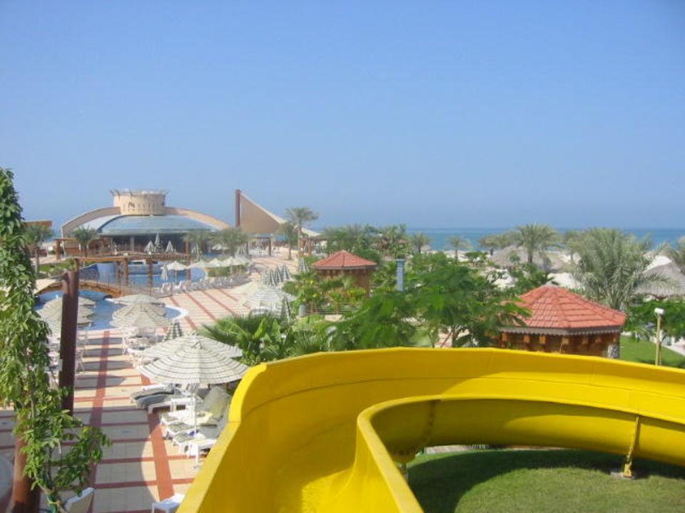 Blick über den Beachclub Hilton Ras al Khaimah Hilton Garden Inn Ras Al Khaimah
