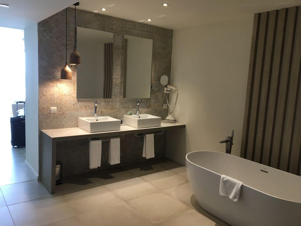 Junior Suite Offener Teil Des Badezimmers Allsun Hotel Riviera