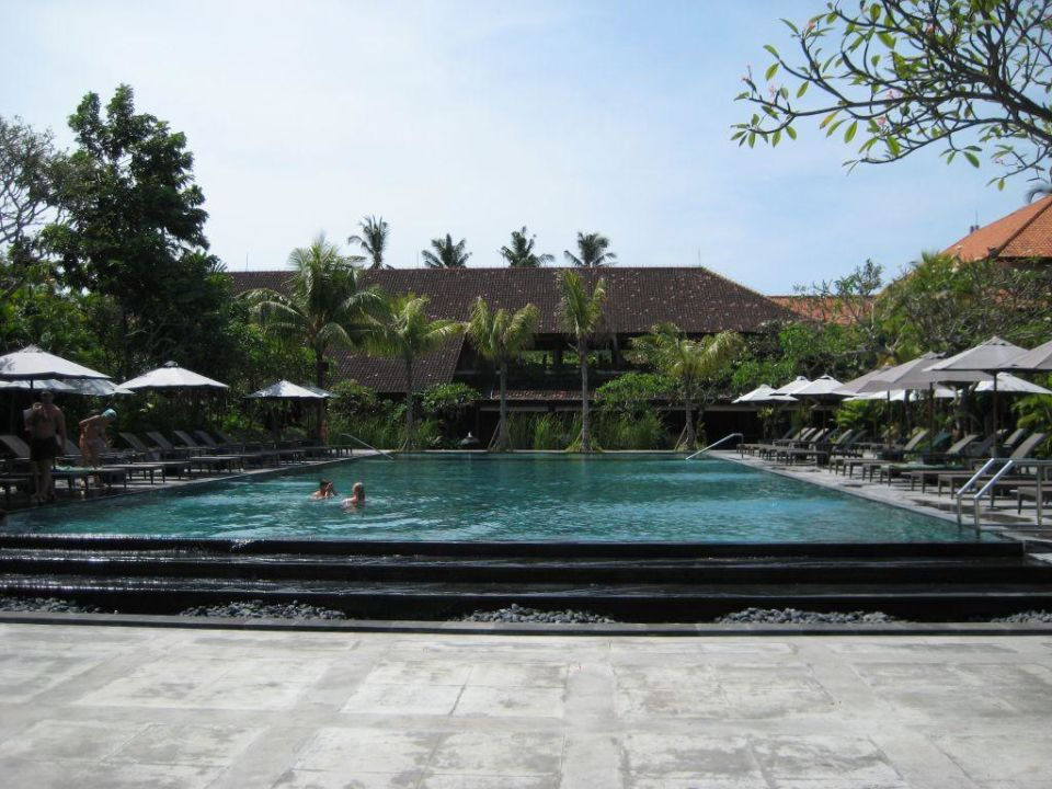 Pool aus der anderen Richtung Hotel Santika Beach