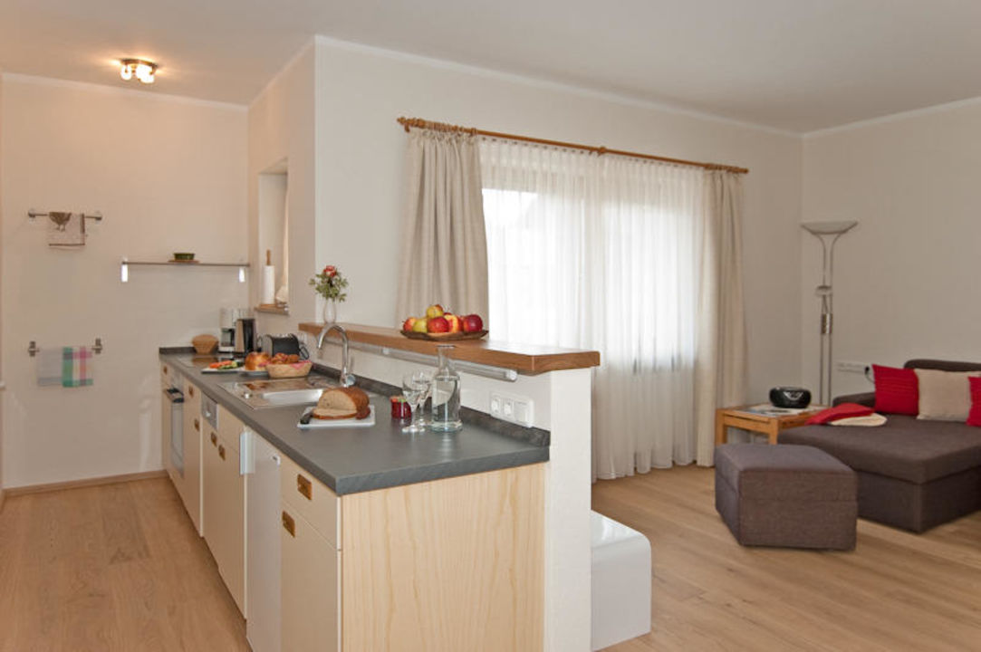 Wohnzimmer mit offener Küche (4-Platten-Herd, Backofen ...