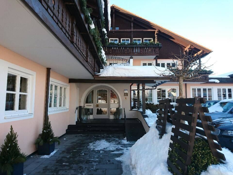 Vor dem Hotel Hotel Alpenkönig