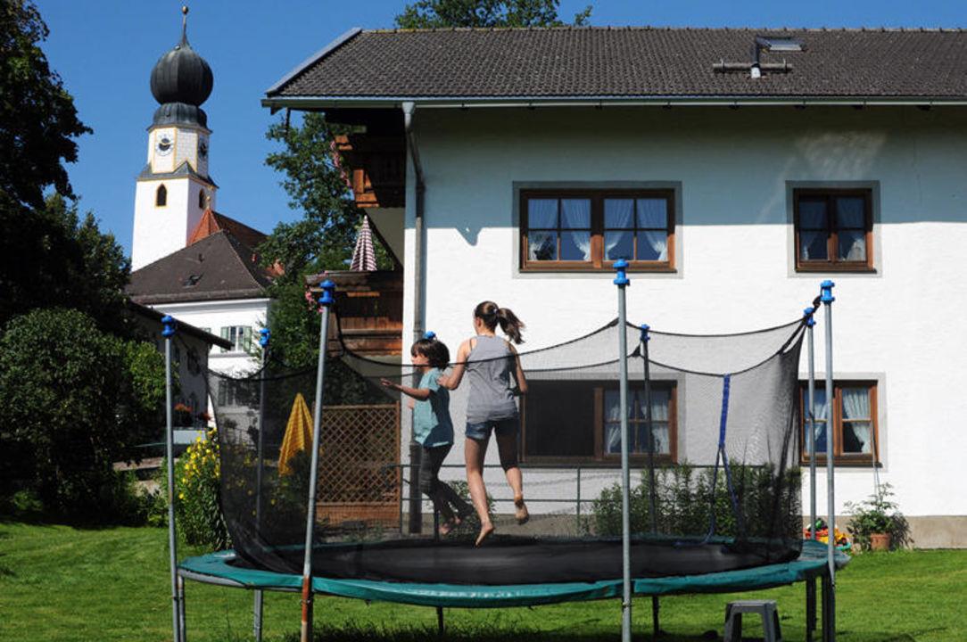 Für Kinder gibt es am Wimmerhof ein Trampolin. Wimmerhof Ising