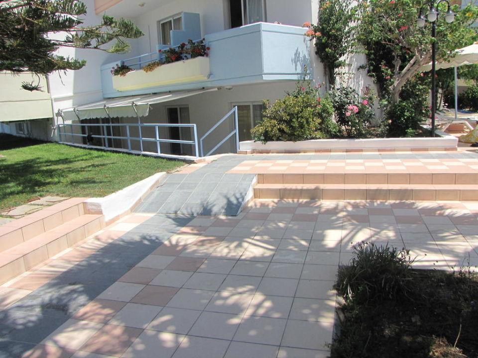 Cesta k bazénu Apartments Irina