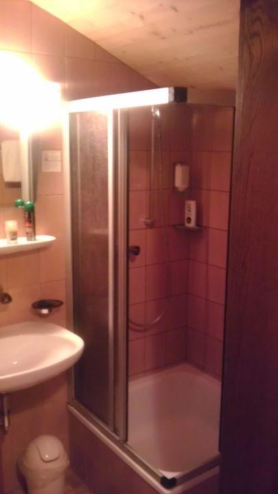 bild dusche unter dachschr ge zu gasthof huber in ebersberg. Black Bedroom Furniture Sets. Home Design Ideas