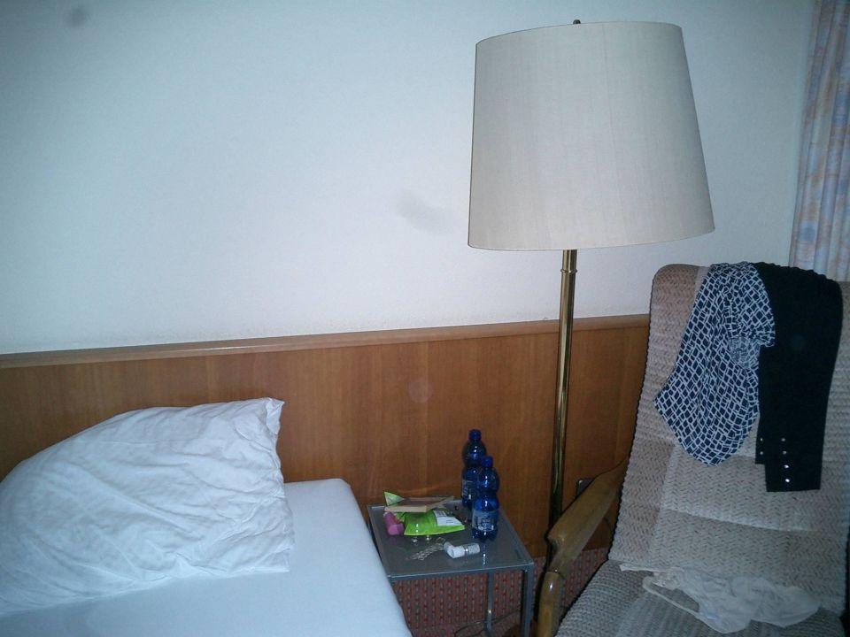 Bett (Stehlampe ausserhalb Reichweite)\