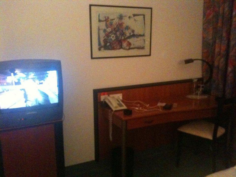"""""""Schreibtisch"""", TV und Minibar Fora Hotel Hannover"""