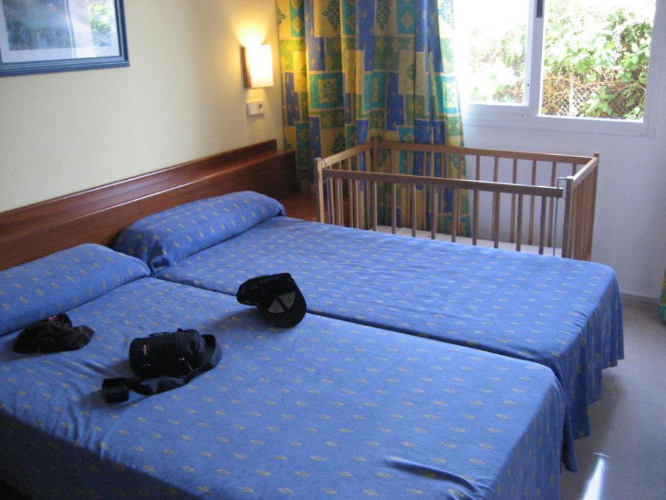 Schlafzimmer inkl. Babybett\