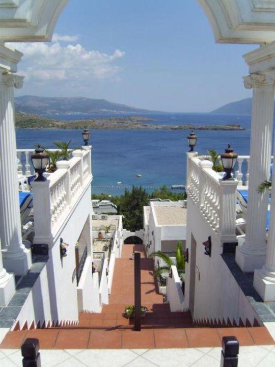 Blick von der Poolebene runter zu den Zimmern Hotel Grand Newport