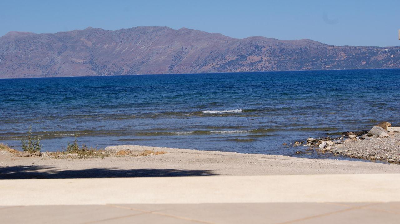 Widok na plażę z basenu Nautilus Bay Hotel