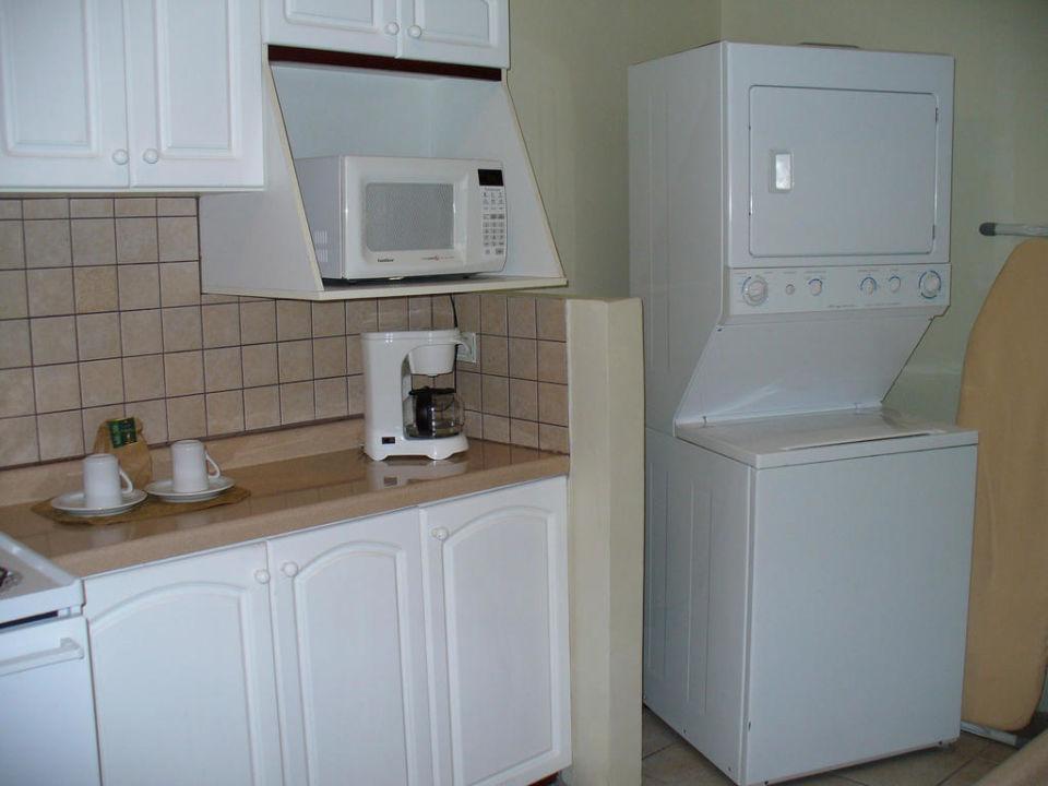 Küche mit Waschmaschine, Trockner, Mikrowelle\