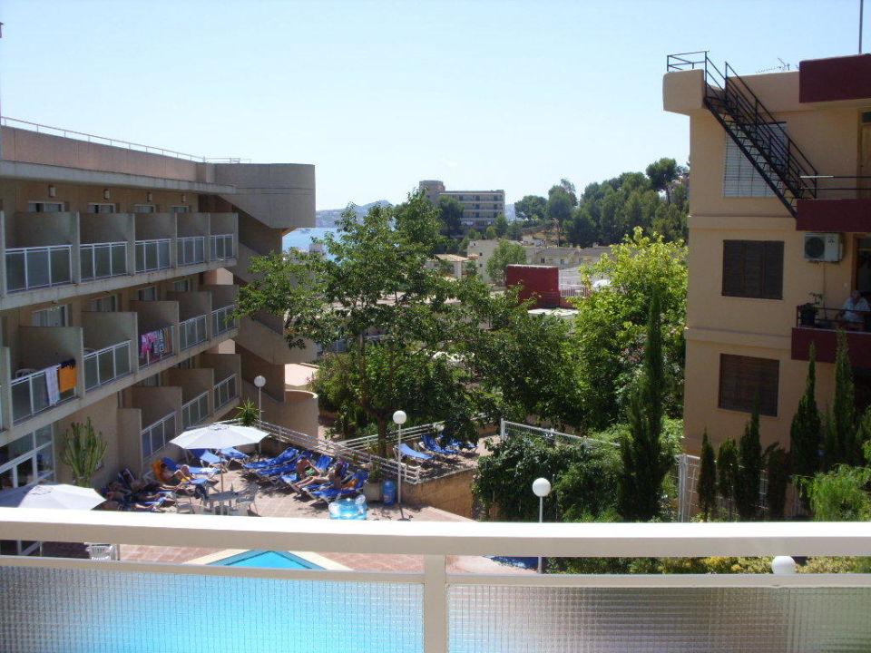ein blick vom balkon auf den pool hotel tora peguera. Black Bedroom Furniture Sets. Home Design Ideas