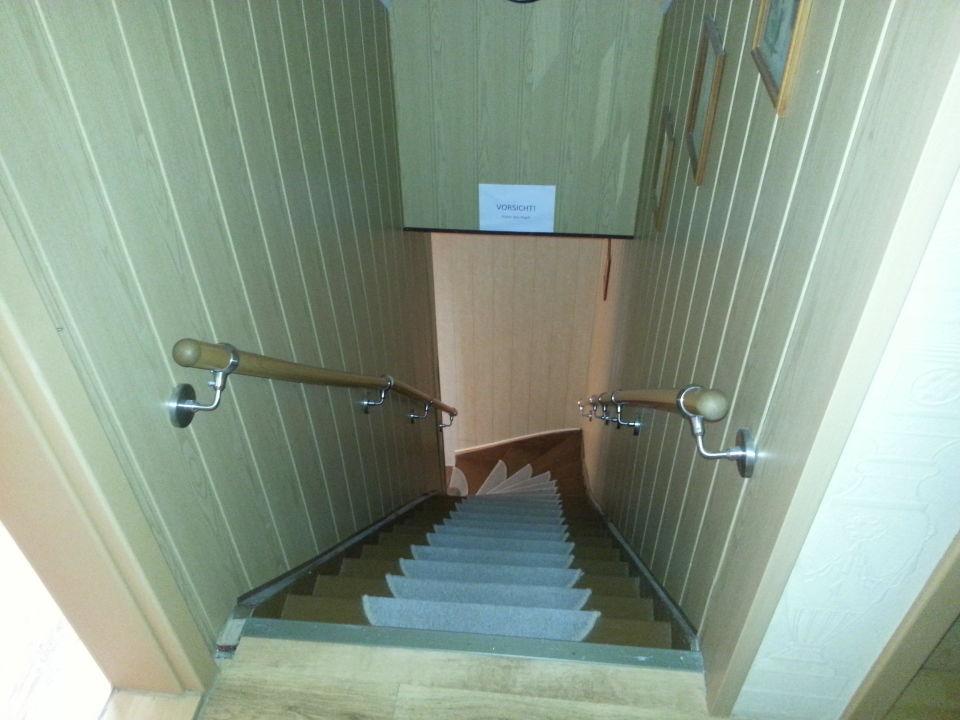 steile treppe nach oben kopf einziehen hotel garni. Black Bedroom Furniture Sets. Home Design Ideas