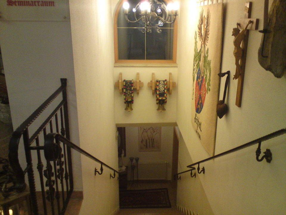 Treppe zu den WC und Ski und Seminarräumen Hotel Almhof Roswitha