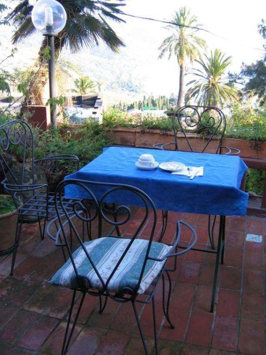 Frühstück im Garten Villa Nettuno