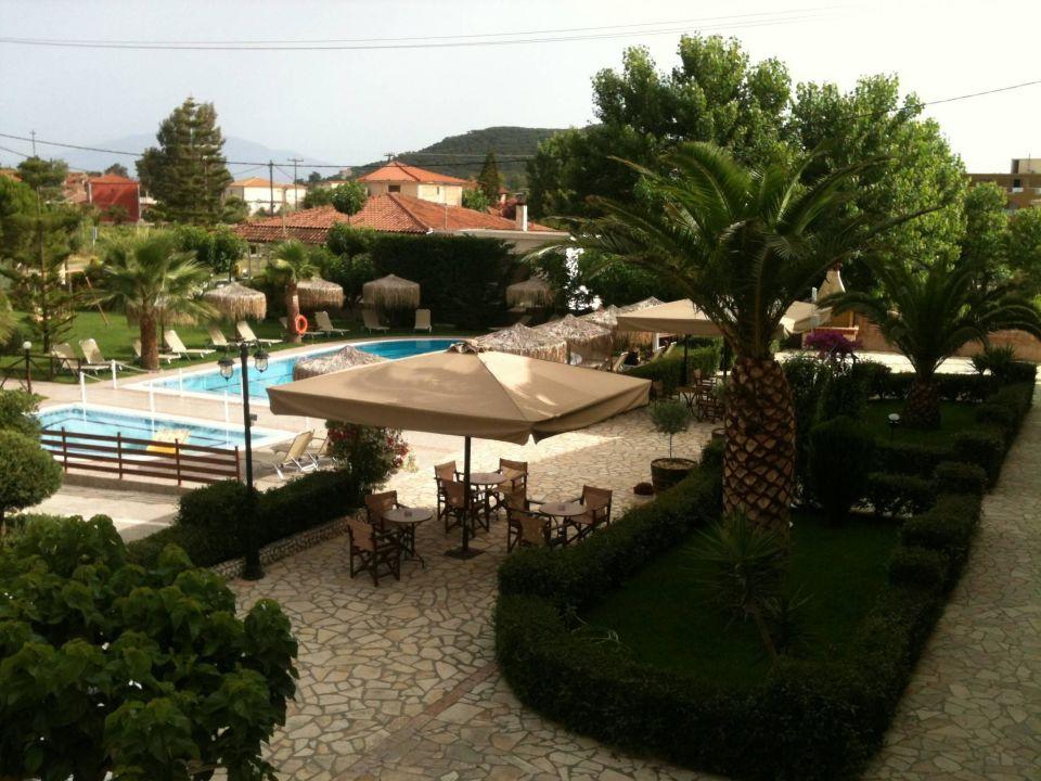 Schöner Garten und Pool\