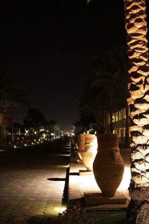 Strasse des Resort-Haupteinganges Hotel Reef Oasis Beach Resort