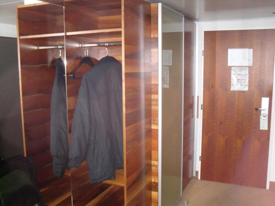 kleiderschrank garderobe hotel grauer b r innsbruck. Black Bedroom Furniture Sets. Home Design Ideas