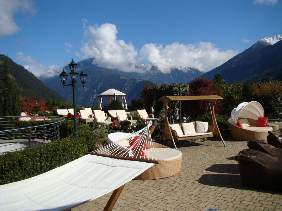 Gartenanlage mit Liegen Stock Resort