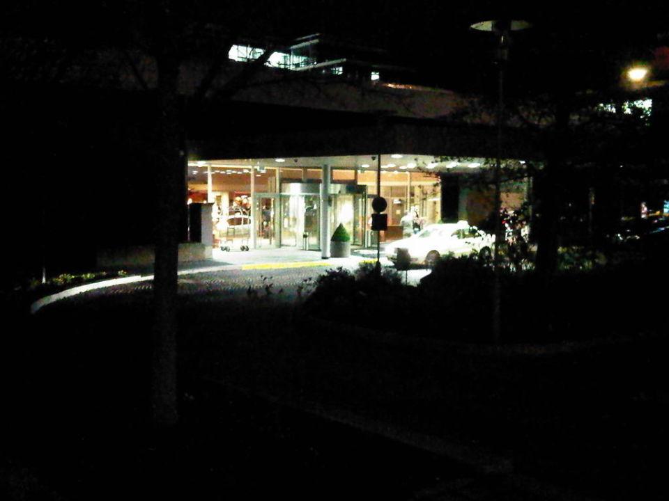 Eingang Hilton bei Nacht Hilton Munich Park