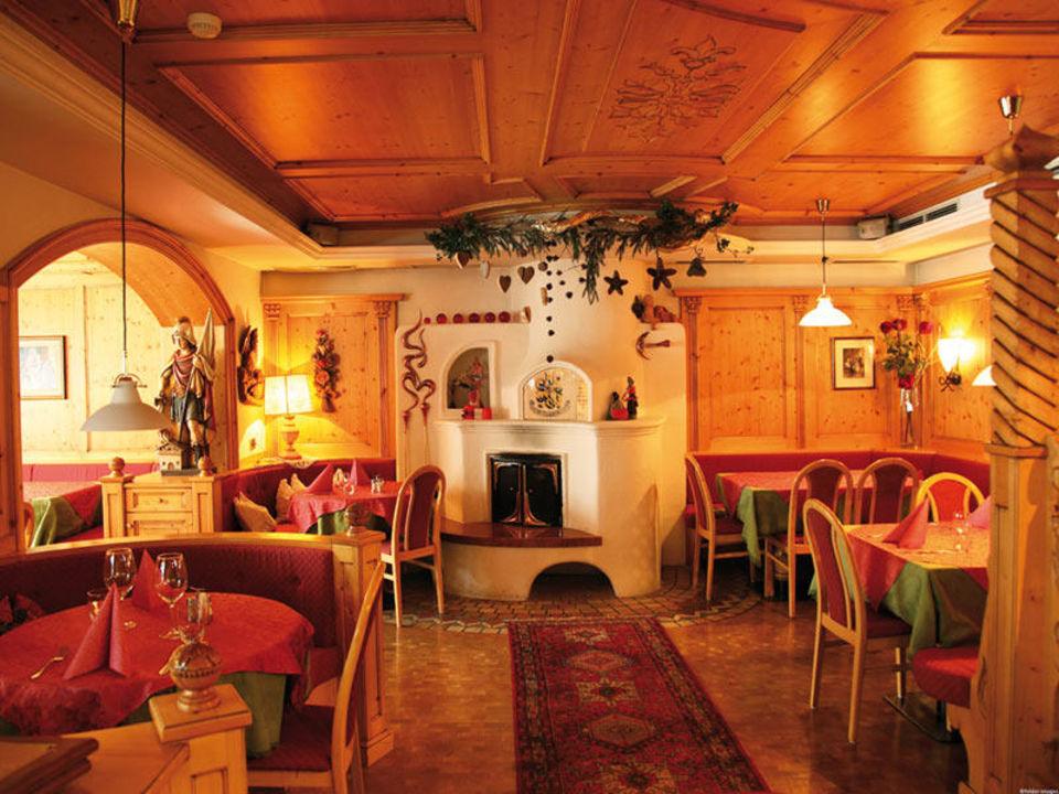 La sala da pranzo in tipico stile tirolese\