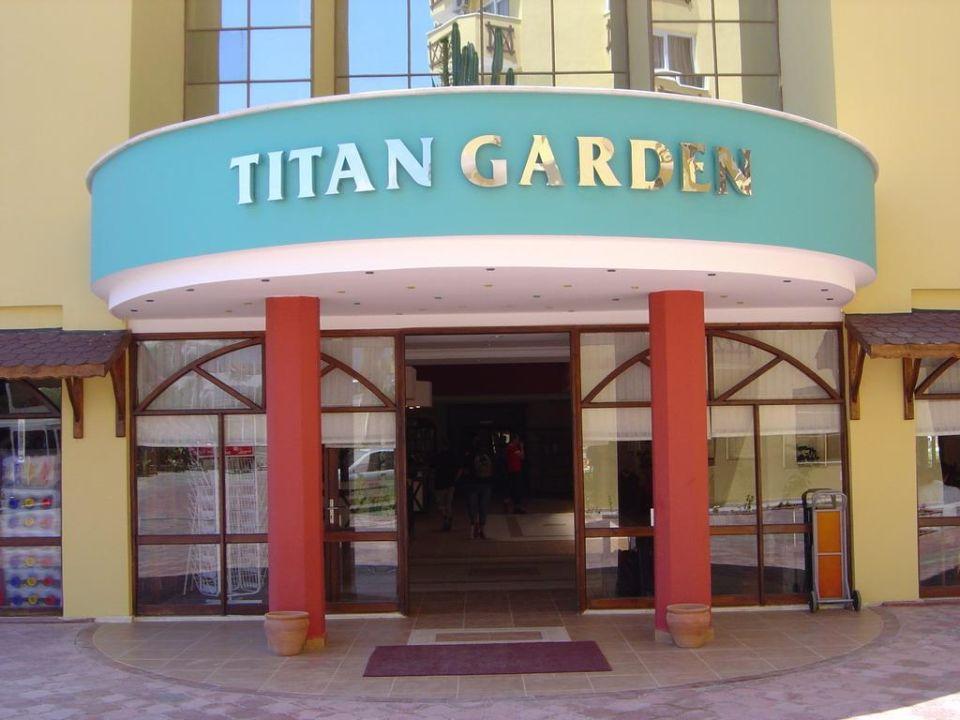 Eingang Hauptgebäude Hotel Titan Garden