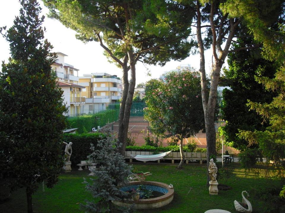 teil des gartens hotel al cigno lignano holidaycheck friaul julisch venetien italien. Black Bedroom Furniture Sets. Home Design Ideas