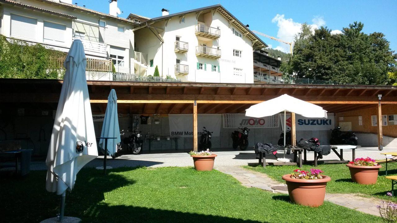 carport f r ne menge bikes ludwigshof alpine hotel trodena truden holidaycheck s dtirol. Black Bedroom Furniture Sets. Home Design Ideas