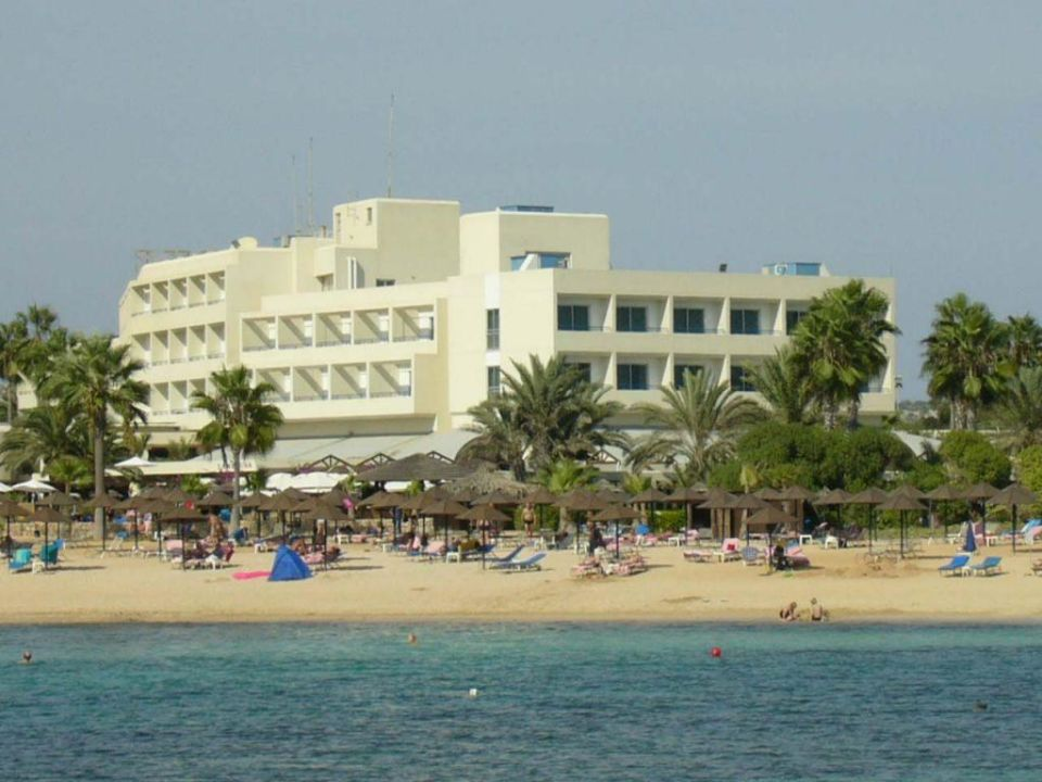 Blick von der Landzunge auf das Hotel Dome Beach Hotel & Resort